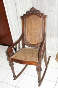 kursi goyang antik belanda nyaman